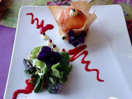 Saone-et-Loire, Francia: delice de saumon fumé et son mali-mélo de salade vinaigre de framboise