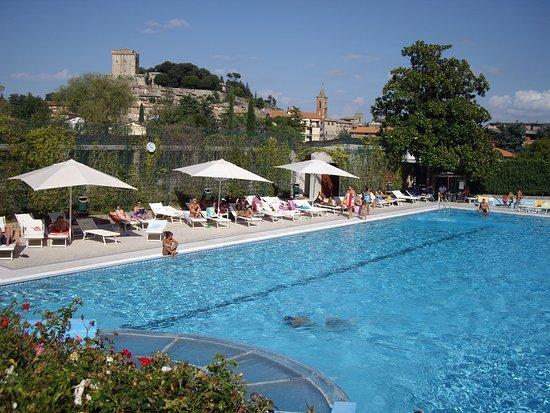 Parco delle Piscine: Widok z basenu na Sarteano