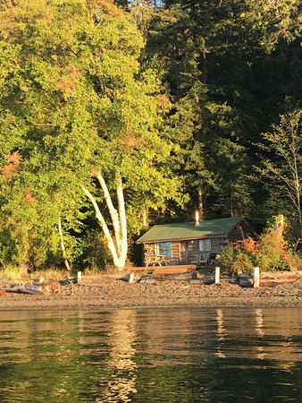 Eastsound, واشنطن: View of One Bedroom Cabin from water