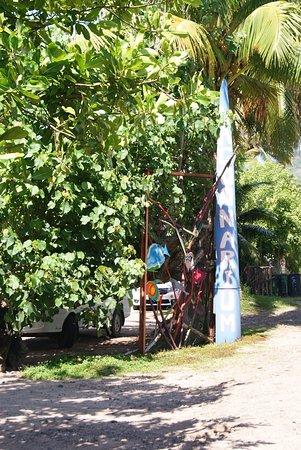 Moorea, Polynésie française : Pancarte en bord de route