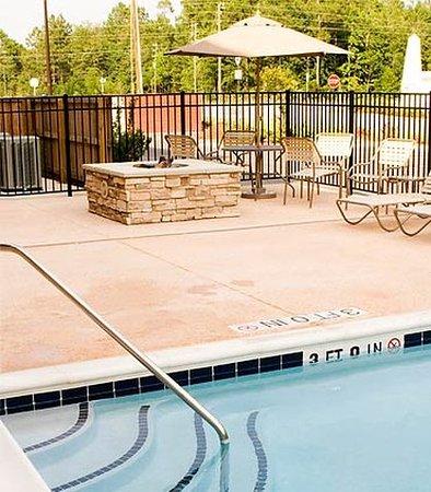 Statesboro, Geórgia: Outdoor Pool & Fire Pit