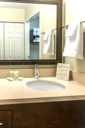 Staybridge Suites Toledo / Maumee: Guest bathrooms