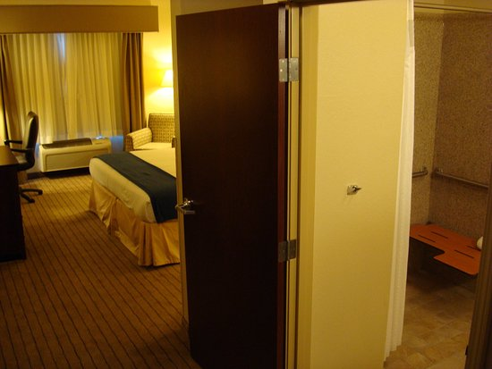 Exmore, VA: King Bed Guest Room Accessible Roll in Shower Non - Smoking