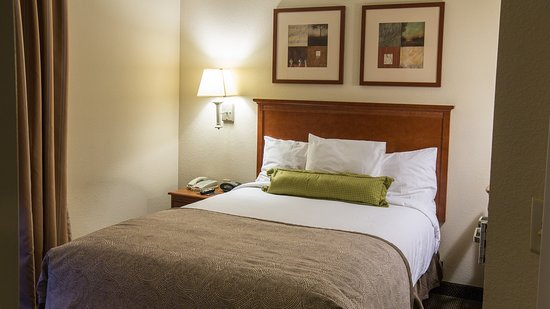 Alcoa, TN: Queen Bed Guest Room