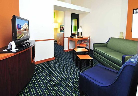 Olive Branch, MS: King Suite Sitting Area