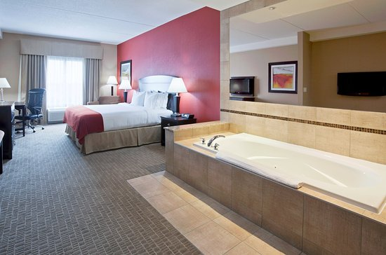 Holiday Inn Express Hotel & Suites Woodstock: Whirlpool Suite