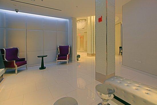 Fairfield Inn & Suites New York Manhattan/Times Square: Fireplace Facing Lobby