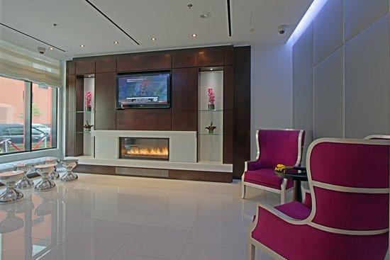 Fairfield Inn & Suites New York Manhattan/Times Square: Fireplace