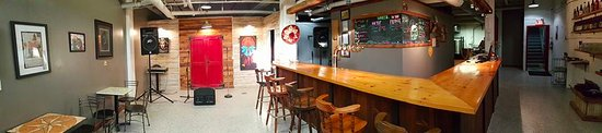 Bowmanville, Canadá: Panoramic shot of Manantler Craft Brewing Co.