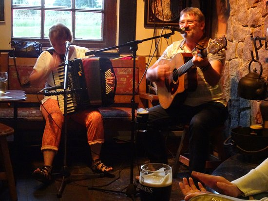 Dungarvan, Irlanda: Prachtige harmonika en mooie zang van Blackwater bandleden