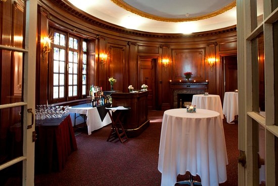 Beverly, MA: Tupper Manor Oval Room
