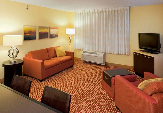 Easton, Pensilvania: Two-Bedroom Suite Living Room