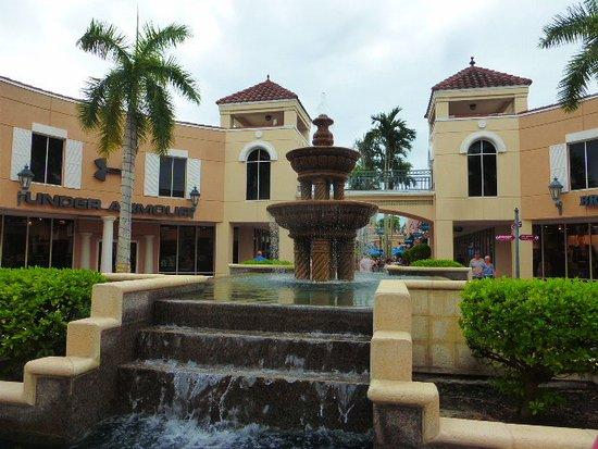 Estero, Floryda: Auch Springbrunnen verschönern das Einkaufen
