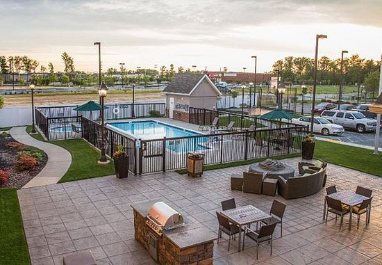Waldorf, MD: Outdoor Pool & Whirlpool