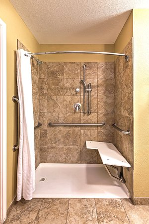 Pearland, TX: ADA/Handicapped accessible Guest Bathroom with roll-in shower
