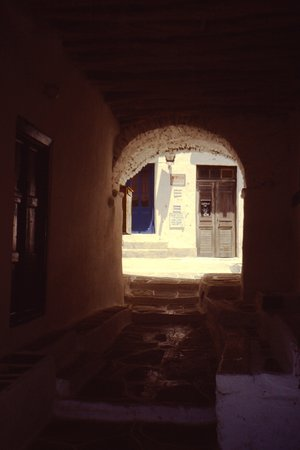 Sotto il portico a Kastro