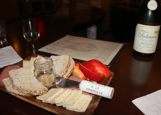 Cortland, État de New York : Our fruit/meat/cheese/cracker platter