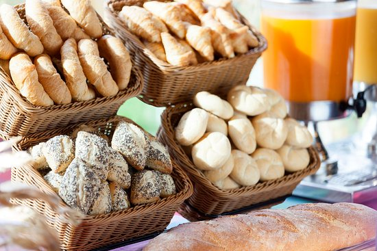 Rumlang, Suiza: Enjoy a Selection of Bread Rolls and Fresh Juice for Breakfast