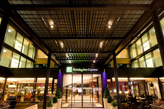 Rumlang, Suiza: Holiday Inn Express Zurich Airport Entrance at Night