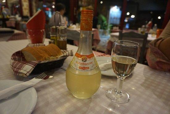 Sivota, Grækenland: Nice retsina, 1/2 litre 4€
