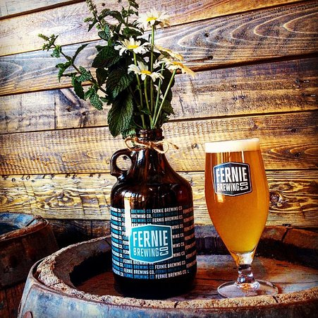 Fernie, Canada : Growlers and beers, the perfect pairing.