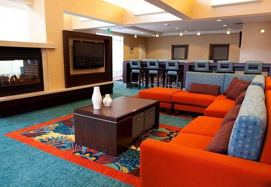 Florence, AL: Lobby Sitting Area