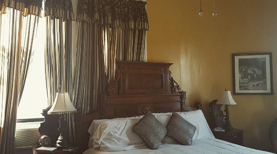Marietta, GA: Loved the antique bed and furniture in the Alpharetta room.