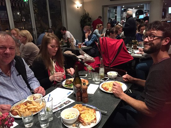 Prahran, Australien: Wednesday night trivia night with Betsy, Logan(baby) and Terry. Such an enjoyable night. So glad