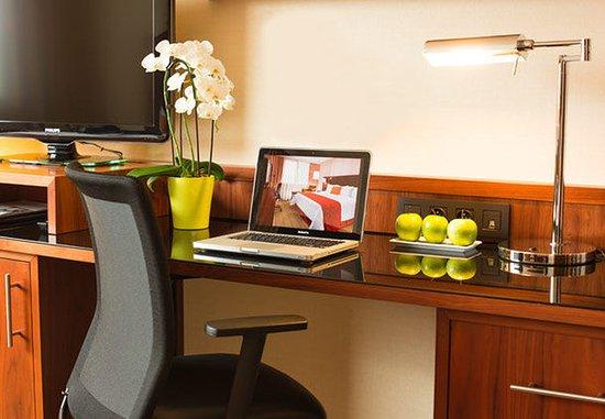 Arcueil, Francja: Superior Guest Room - Work Desk