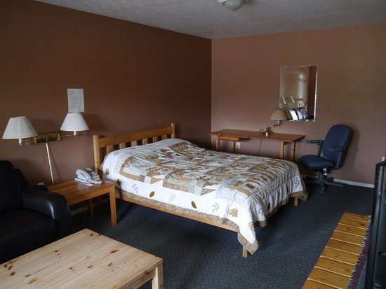 Dease Lake, Canada: Kitchenette with one queen bed cabin unit! Very large room, fresh and clean, and accomodates pet