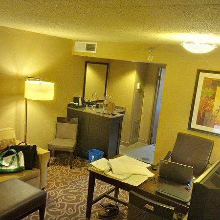 Coraopolis, Pensilvania: Work area and bar, mw, and refridgerator