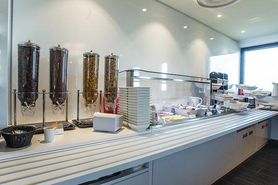 Saint-Apollinaire, France : Breakfast Bar