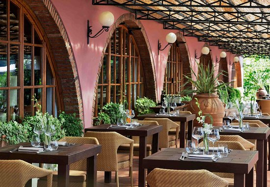 Кастельвеккьо-Пасколи, Италия: La Veranda Restaurant Outdoor Seating