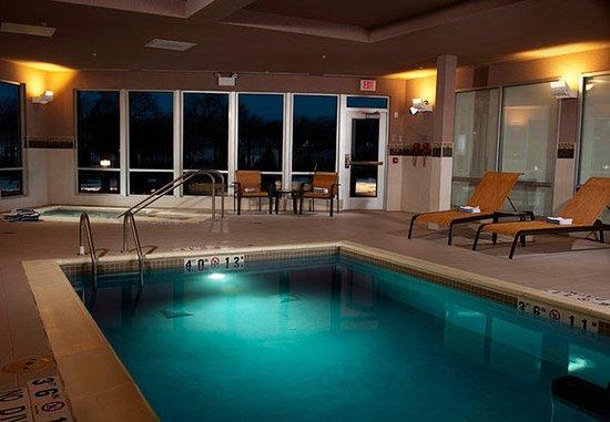 Courtyard Milwaukee Airport: Indoor Pool & Spa