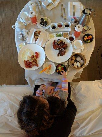 Shangri-La Hotel, Vancouver: In-room breakfast dining