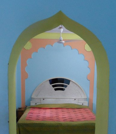 Malpura, India: The bed sat cosily under a painted arch and was comfortable,complete with traditional print line