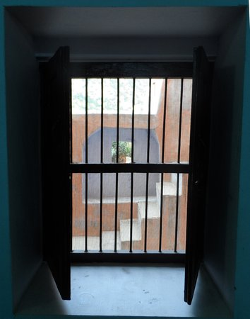Malpura, India: Well screened and secure window in bathroom overlooking courtyard