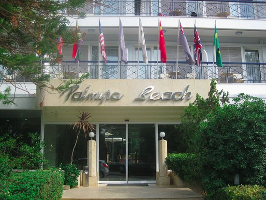Palmyra Beach Hotel: Hotel entrance on side street