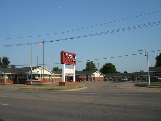 Nevada, MO: Front of Motel