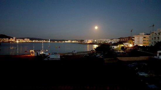 Apartamentos Alba : Abendliche Aussicht von der Terrasse der Apartements Alba