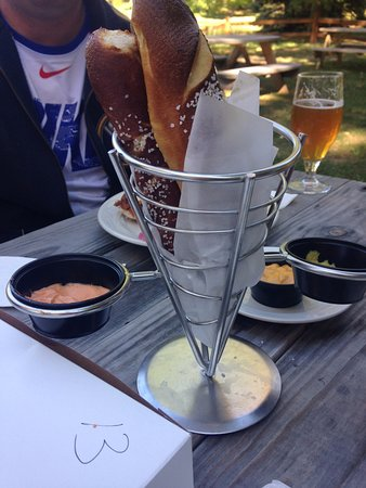 Hamburg, État de New York : Warm pretzel sticks with dipping sauce (a stick or two missing...we had to dig in!)