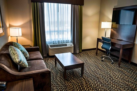 Spruce Grove, Canada: Junior Suite. Relax on our comfortable sofa-bed while watching TV