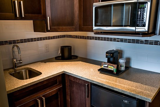 Spruce Grove, Canada: Junior Suite, spacious fridge, microwave and counter tops.