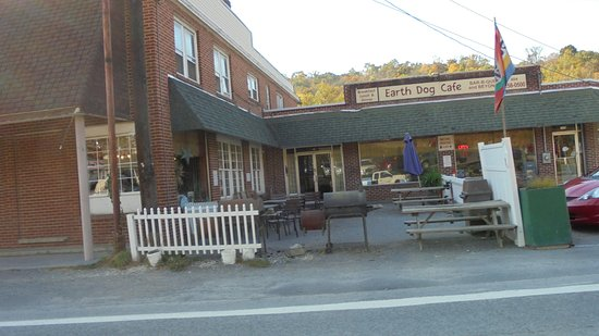 Berkeley Springs, Virginia Occidental: see the grills...(they weren't running though )