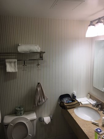 East Rutherford, Nueva Jersey: Small dated bathroom