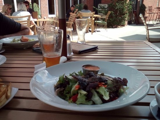 Greensburg, Pensilvania: Salad with excellent fries on the patio
