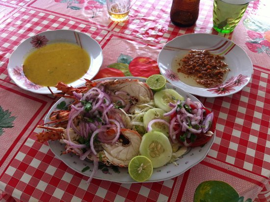 Arriba Peru : Langosta al ajo lado derecho y salsa Guallen a la izquierda