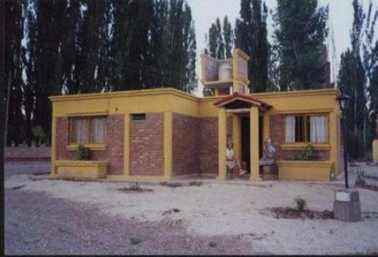 Cabanas Uspallata: este es el camino de ingreso en el año 2010 , cuando brotaban los arboles y solo habia 3 casitas