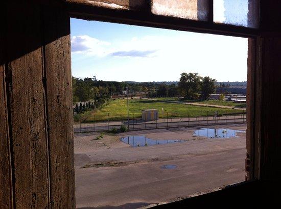 Les Milles, Frankrike: Camp des Milles - Wagon de la déportation depuis la fenêtre du 2eme étage