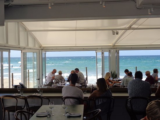 Burleigh Heads, Australia: Sitting at the bar watching the waves